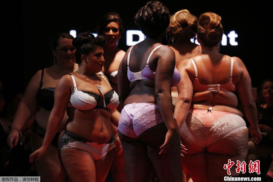 法国上演胖MM时装秀 大号美女演绎另类性感