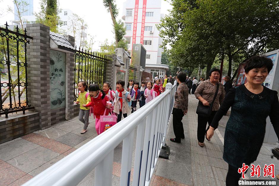 """广西柳州设学生专用通道 破解""""中国式接小孩"""""""