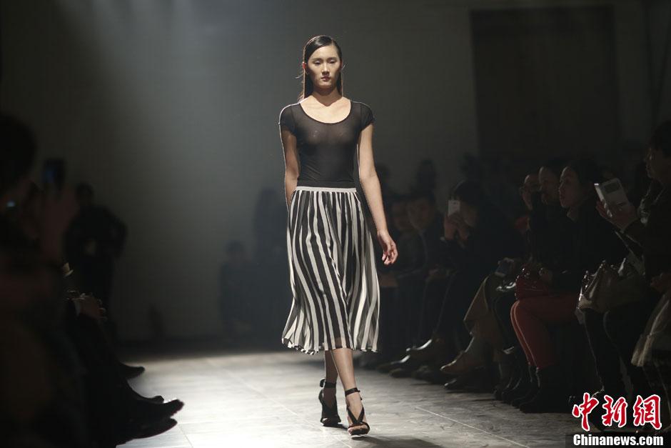 中国国际时装周 模特宝盖头透视装T台走秀