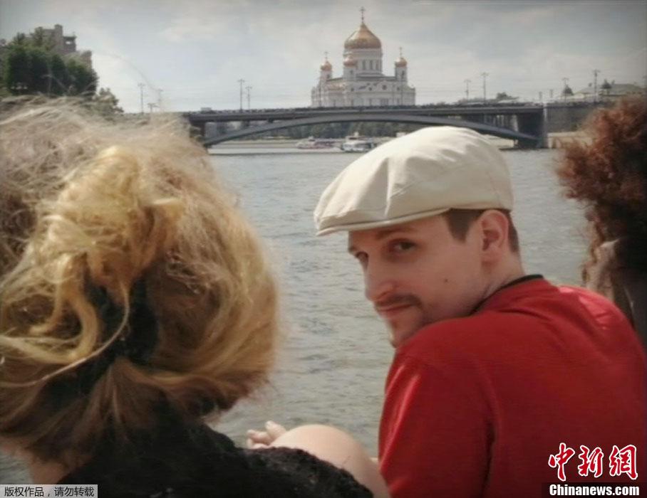 斯诺登莫斯科最新生活照:休闲打扮乘游览船 未戴眼镜