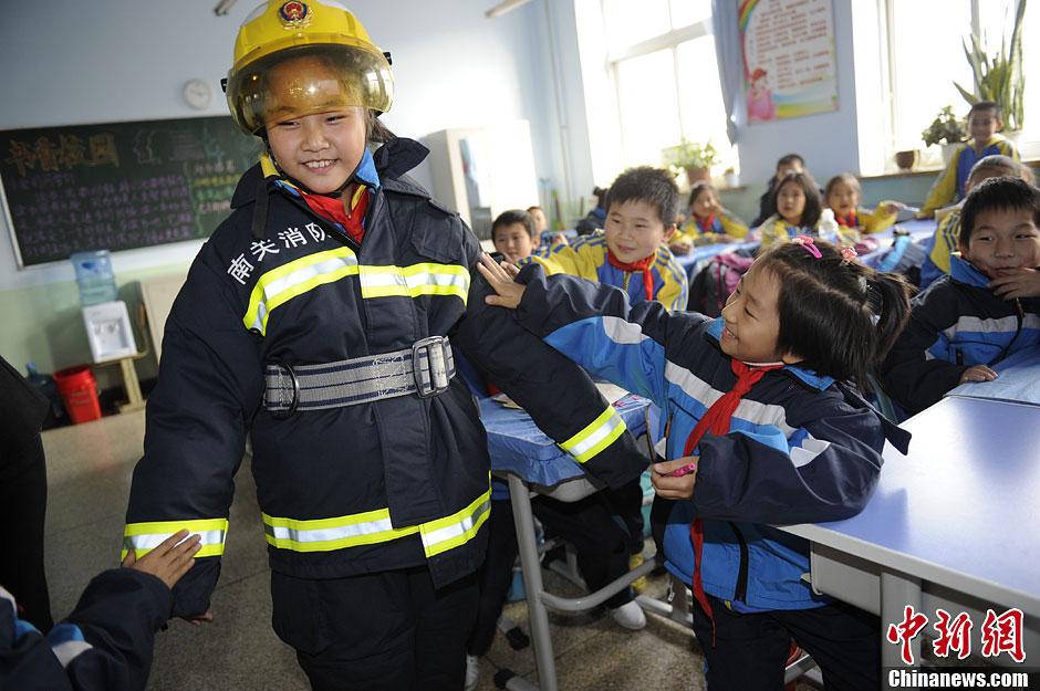 小学生消防逃生图片内容|小学生消防逃生图片版面 ...