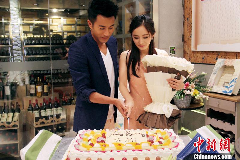 刘恺威宣布明年与杨幂办婚礼 两人恩爱瞬间回