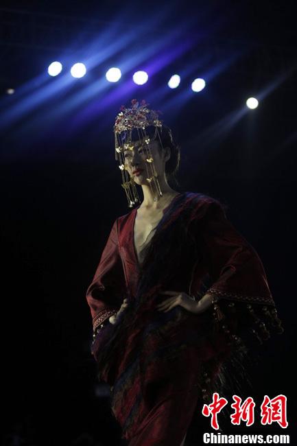 武汉国际时装周 汉服首秀古今穿越成亮点
