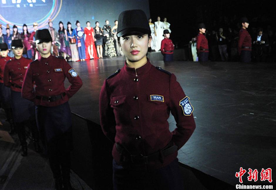 """武汉国际时装周 """"校花保安""""惊艳抢眼"""