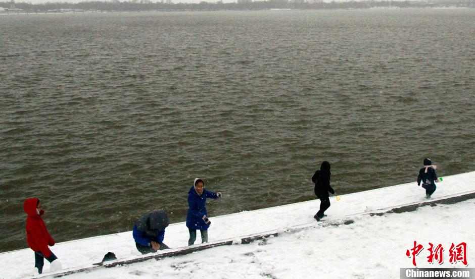 哈尔滨暴雪缓解雾霾天气 PM2.5值下降至52