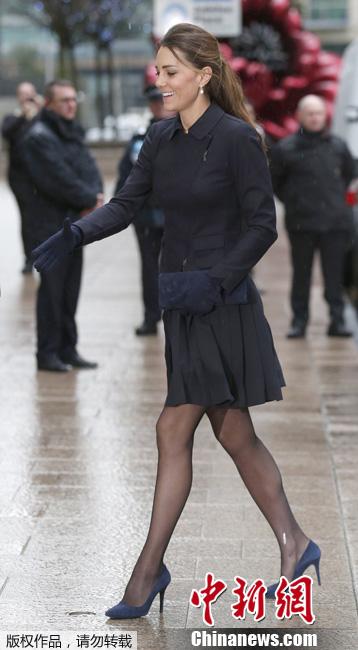 凯特王妃出席活动 黑丝高跟儿女人味十足