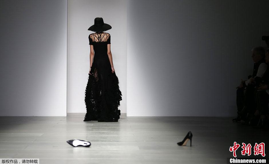 伦敦时装周乌龙频现 模特T台脱鞋走秀霸气十