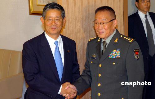 图:中国国防部长曹刚川会见日本外相町村信孝