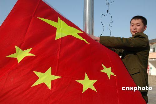 图:江苏仪征驻军新兵集训强化国旗法教育