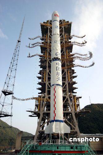 """图:""""风云二号""""d气象卫星星箭组合体直指苍穹"""