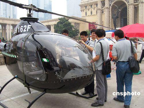 图:2007上海航展小型无人直升飞机吸引观众眼球