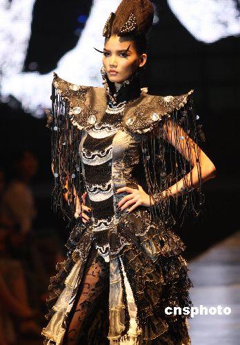 图:服装设计师薄涛沉寂三年推出新作(3)