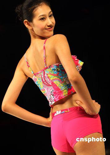 图:三亚时尚节模特新款泳装秀身材(2)