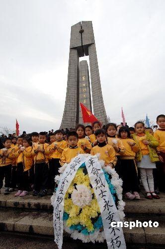 图:福州幼儿园小朋友清明时节缅怀先烈