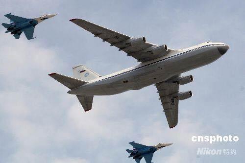 图:莫斯科红场大阅兵展示最新武器(6)