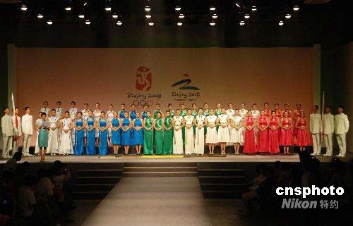 组图:奥运颁奖礼服尽显中国元素(11)