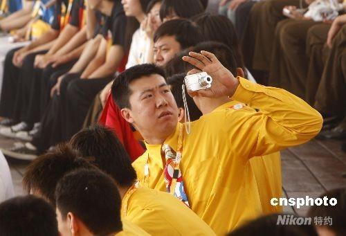 图王郅带相机进驻奥运村拍摄(5)