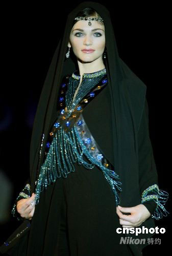 图:中国服装设计师阿联酋上演时装秀(2)