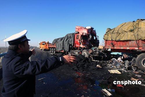 车祸图片吓死人_厦蓉高速轿车撞护栏起火致车内3人遇难2