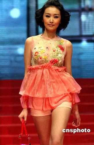 图为2008中国内衣模特大赛冠军牟冠红展示风采.中新社发 钱兴强 摄