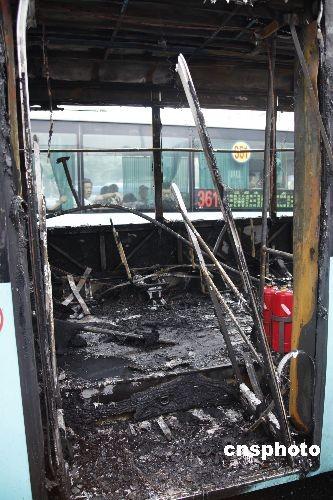 深圳一公交车着火 车体报废无人员伤亡(2)