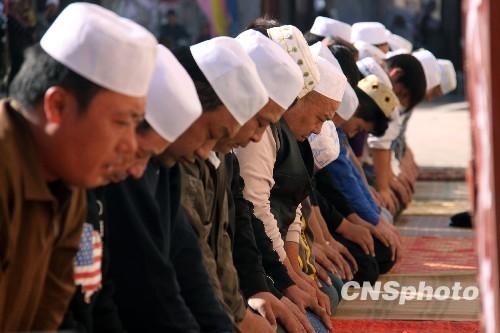 图:回族穆斯林群众欢庆开斋节