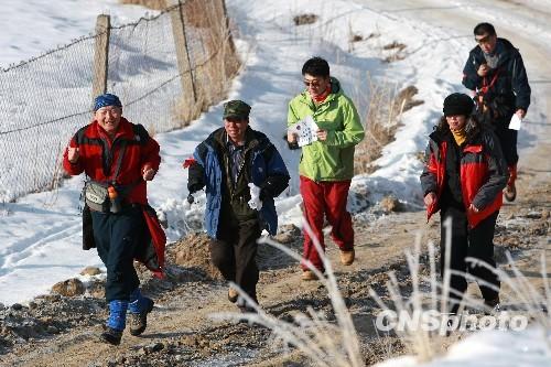 图:乌鲁木齐徒步爱好者寒冬季节野外漫步