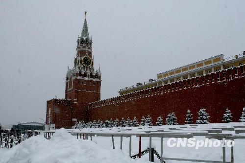 莫斯科/图为莫斯科红场雪中的克里姆林宫。中新社发田冰摄