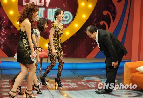 王晶做客美女脱口秀 与女主播大跳热舞