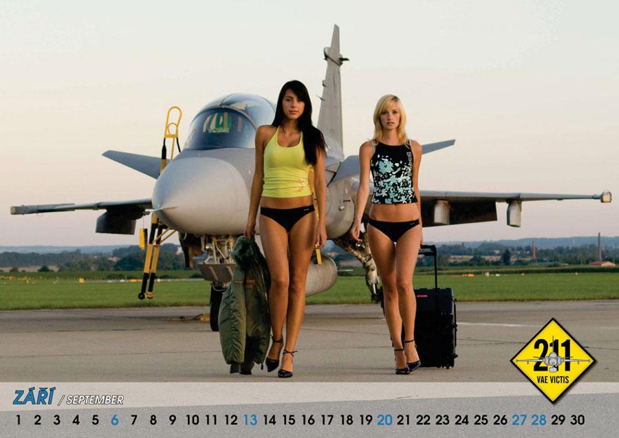 中新网高清图 捷克空军推出09年美女版战机挂