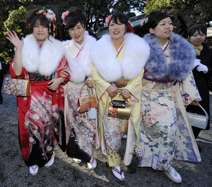 中新网高清图 日本年轻女孩穿和服祈福迎接成