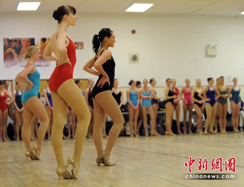 中新网高清图 众靓女试镜火女郎舞蹈团