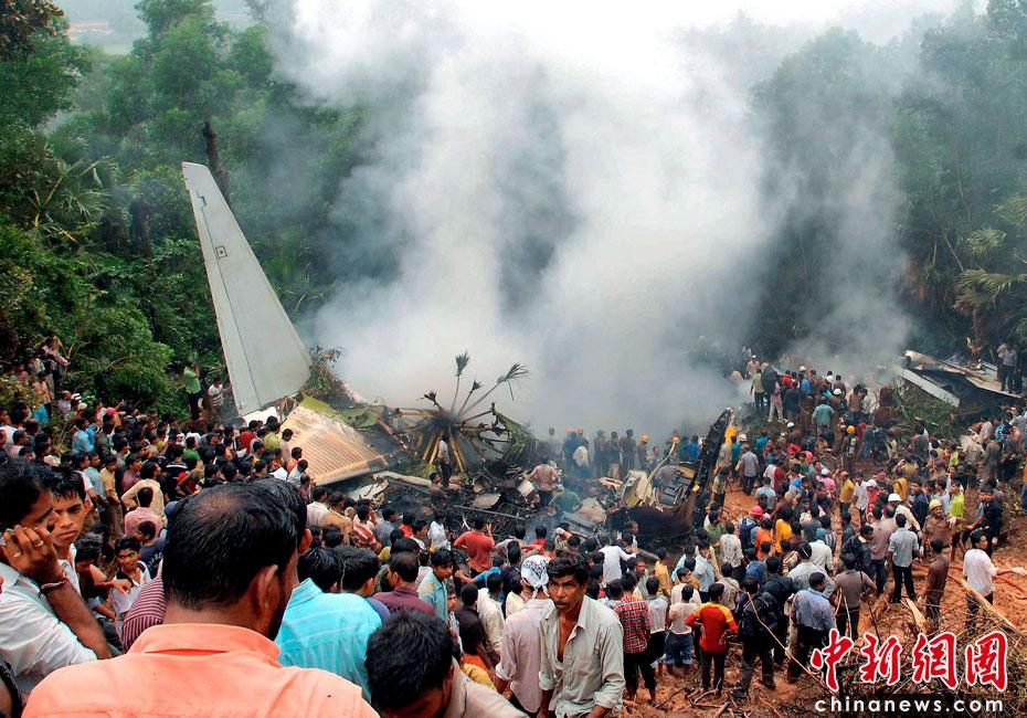 5月22日,印度一架客机在南部卡纳塔克邦门格洛尔市降落时失事,造成至少160人丧生。目击者称,当天早上6点左右,这架飞机准备在马拉格尔机场降落,但不知何故冲出跑道然后一头扎到机场附近的丛林中起火爆炸。图片来源:中国新闻网  点击图片查看下一张