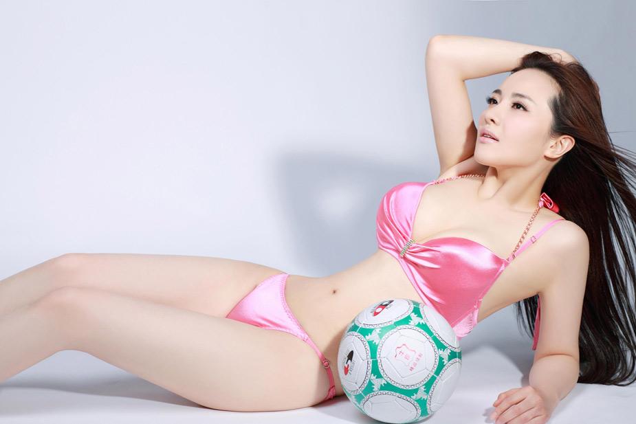 中新网高清图 足球宝贝内衣写真 妩媚妖姿撩人