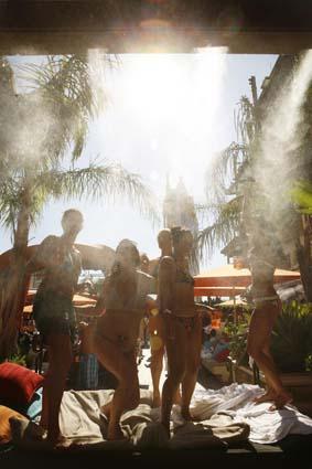 拉斯维加斯热辣性感美女露天泳池中尽享清凉