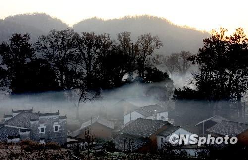 江西婺源烟雾缭绕美石城