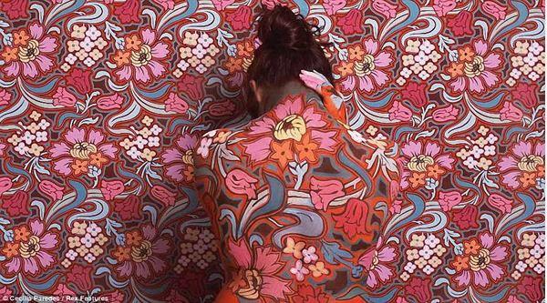 图片频道-组图:消失在花丛中的人体艺术