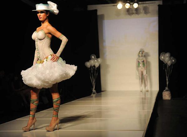 妞妞大胆人体艺术网_美国大胆时装秀上演另类人体艺术