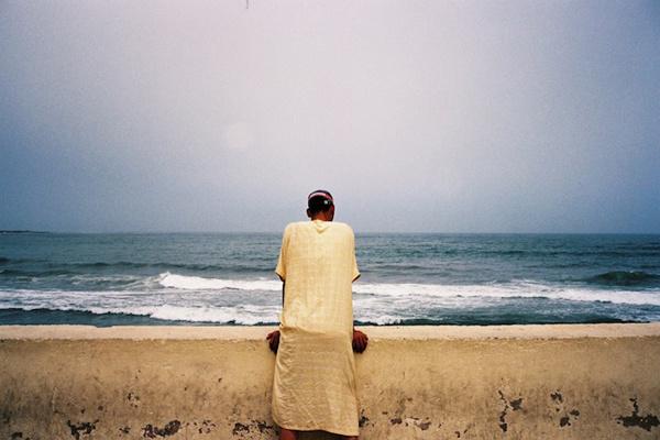 攝影師Damien Rayuela希望我們在欣賞他的駐足的旅行者系列作品時能盡情發揮想象力。由于照片中的對象面對著有趣的風景,我們能看到的只是他們的背影。這使我們對他們所看到的東西和他們此時內心的感受感到十分好奇。   駐足的旅行者這個術語通常是與卡斯帕•大衛•弗里德里希之類的德國浪漫主義畫家密切相關的,描述了背對鏡頭欣賞風景的人,Rayuela說。眼前美麗的風景讓孤獨的旅行者駐足。   對我們這些觀眾來說,照片的意義不僅僅在于我們看到的風景本身。我們還應該把自己與照
