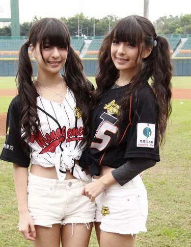 超萌双胞胎变棒球少女 笑容甜美可爱