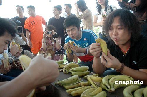 图:海口网友比赛吃香蕉