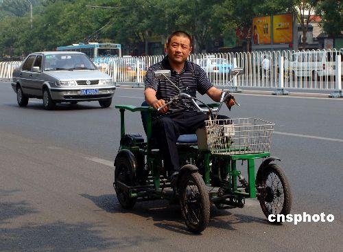 图:北京市民自制四轮电动车疾驰街头