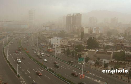 图;扬沙天气突袭新疆乌鲁木齐