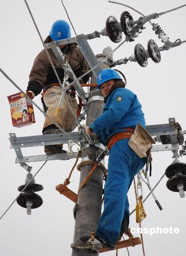 图:浙江嵊州电力工人雪地里吃年夜饭