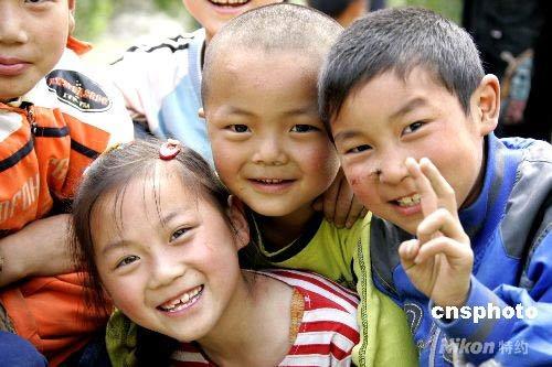 图:汶川绵池镇灾区儿童露笑脸