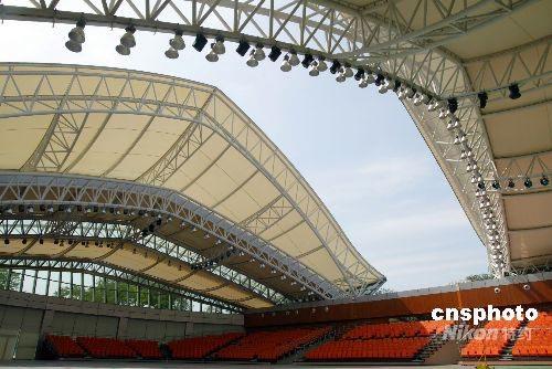 重达300多吨的钢结构屋顶在传动设备的调控下,可由中间向两边慢慢开启