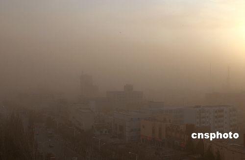 图:新疆吐鲁番遭遇大风沙尘天气