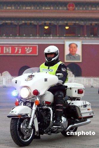 图:长安街交警骑崭新哈雷摩托车执勤