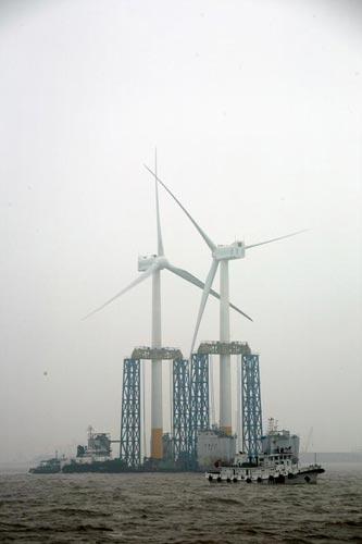 图:东海大桥风力发电两台风机同时运抵