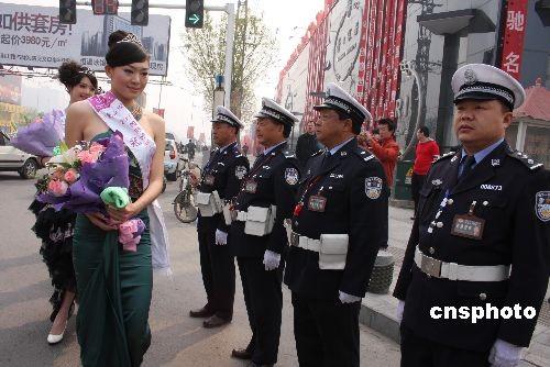 图:国际旅游小姐向郑州老交警献花